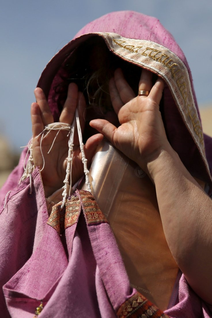 An Israeli woman worships