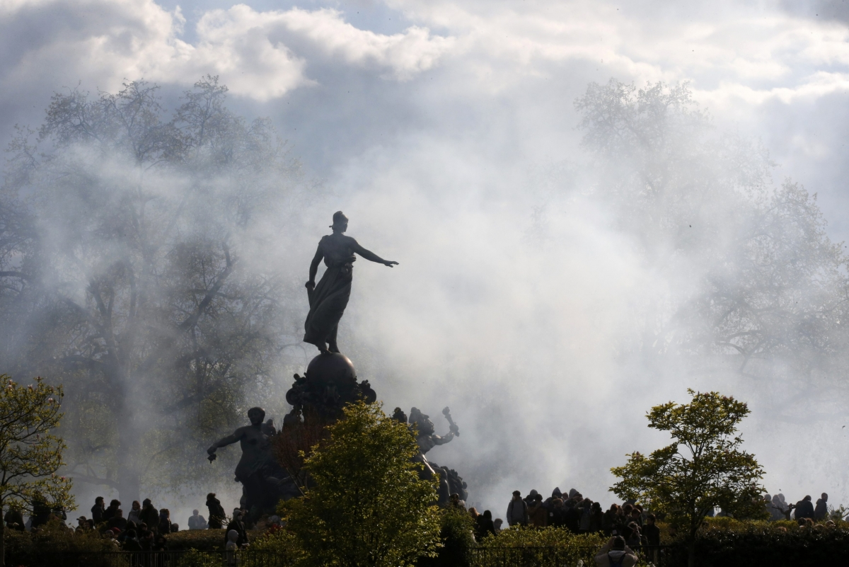 France labour reform: Police tear gas protesters in Paris