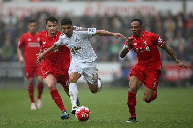 Jefferson Montero dribbles with the ball
