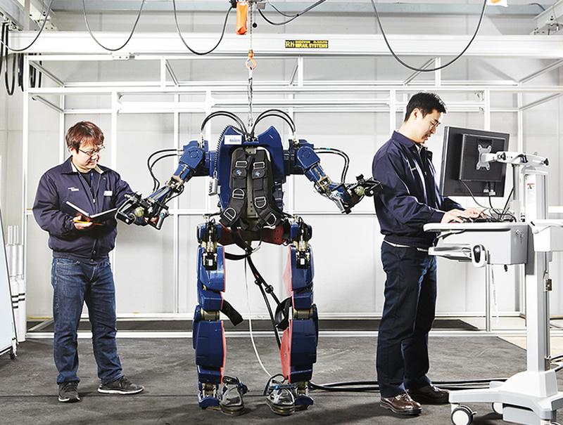 "Hyundai's ""Wearable Robot"" exoskeleton suit"