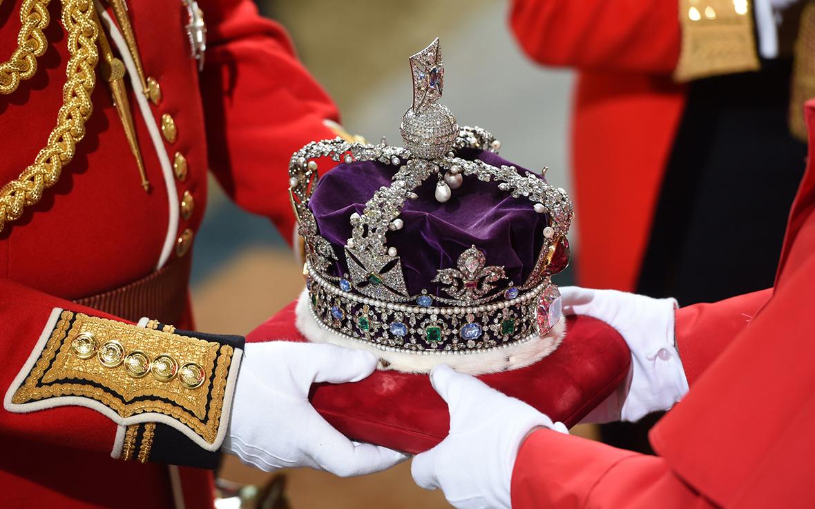 Queen's Speech: Elizabeth II arrives in horse drawn