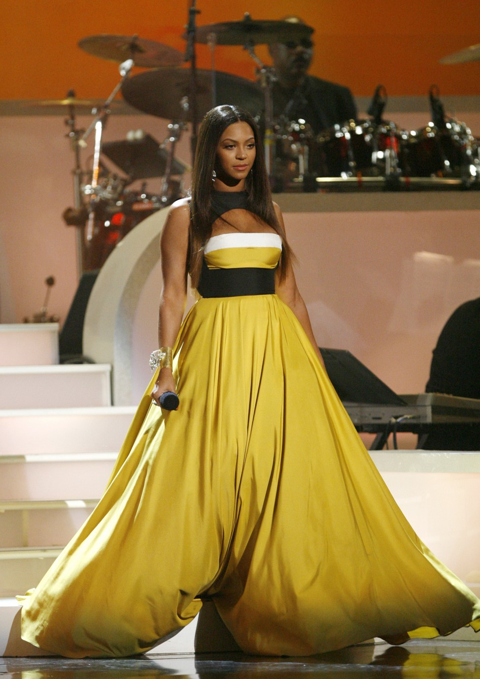 Beyonce looks gorgeous as she performs quotSomewhere over the Rainbowquot during the taping of quotMovies Rockquot at the Kodak theatre in Hollywood, California, December 2, 2007.