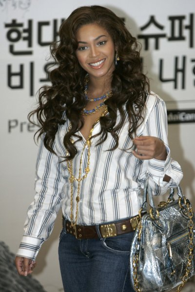 Beyonce brings on the casual chic look upon her arrival at Incheon international airport, west of Seoul November 8, 2007.