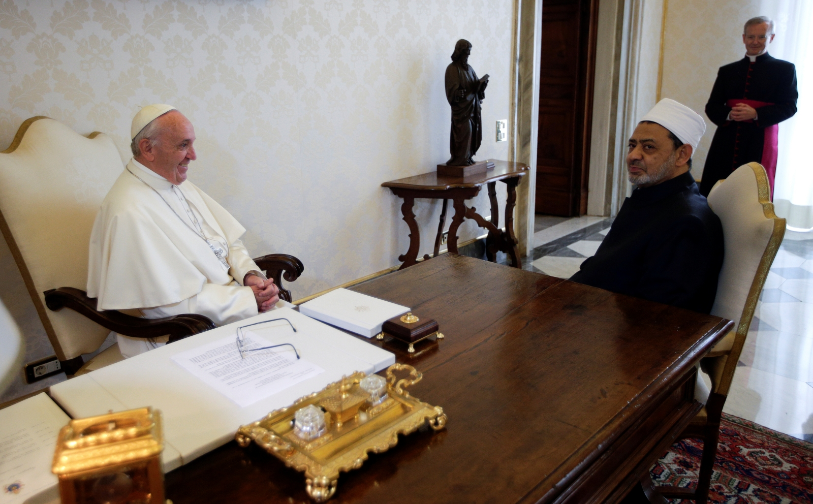 Pope Francis meets grand imam of Egypt