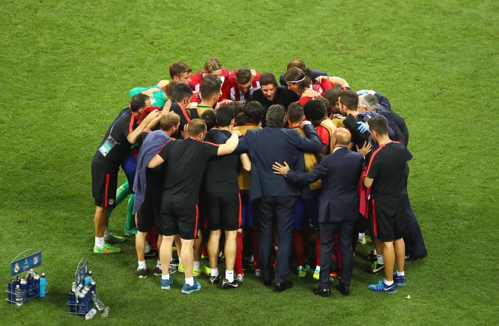 Atletico have a team huddle