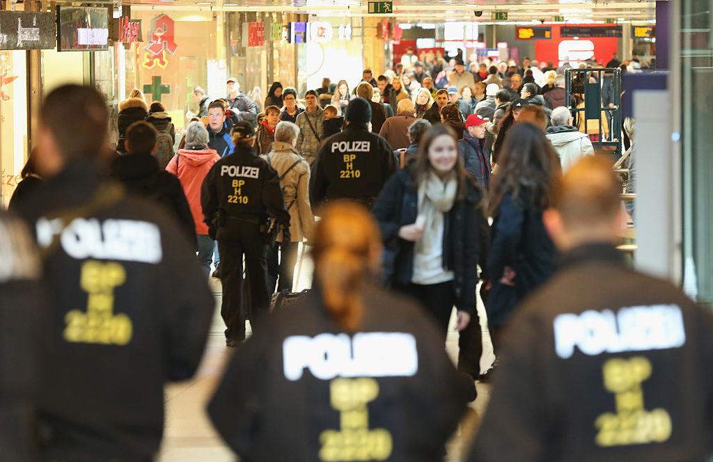 Police officers on duty in Hamburg's mainrailwaystation