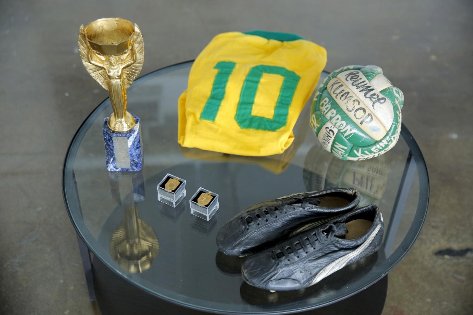 Pele auction