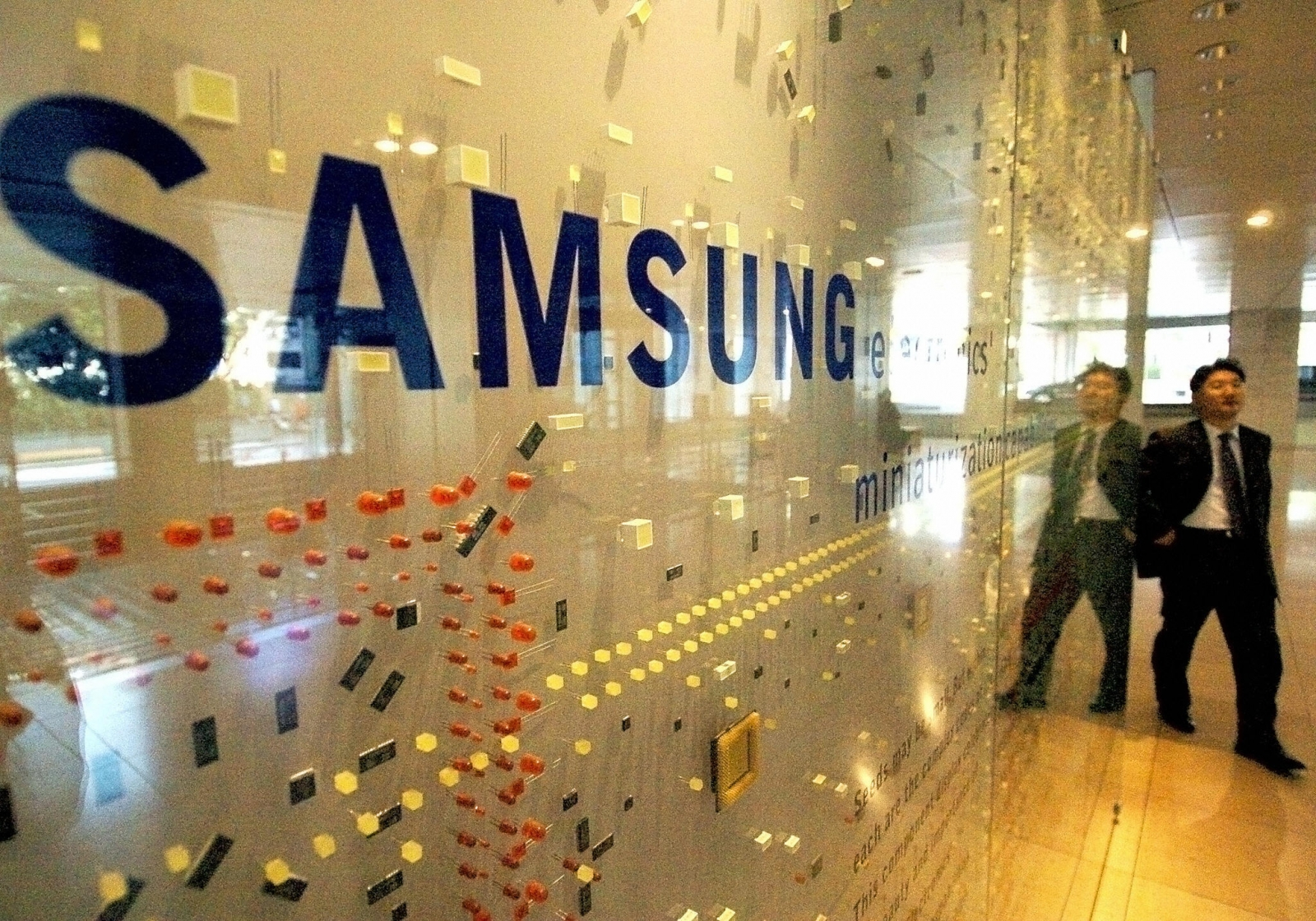 Samsung and LG accused of no-poaching