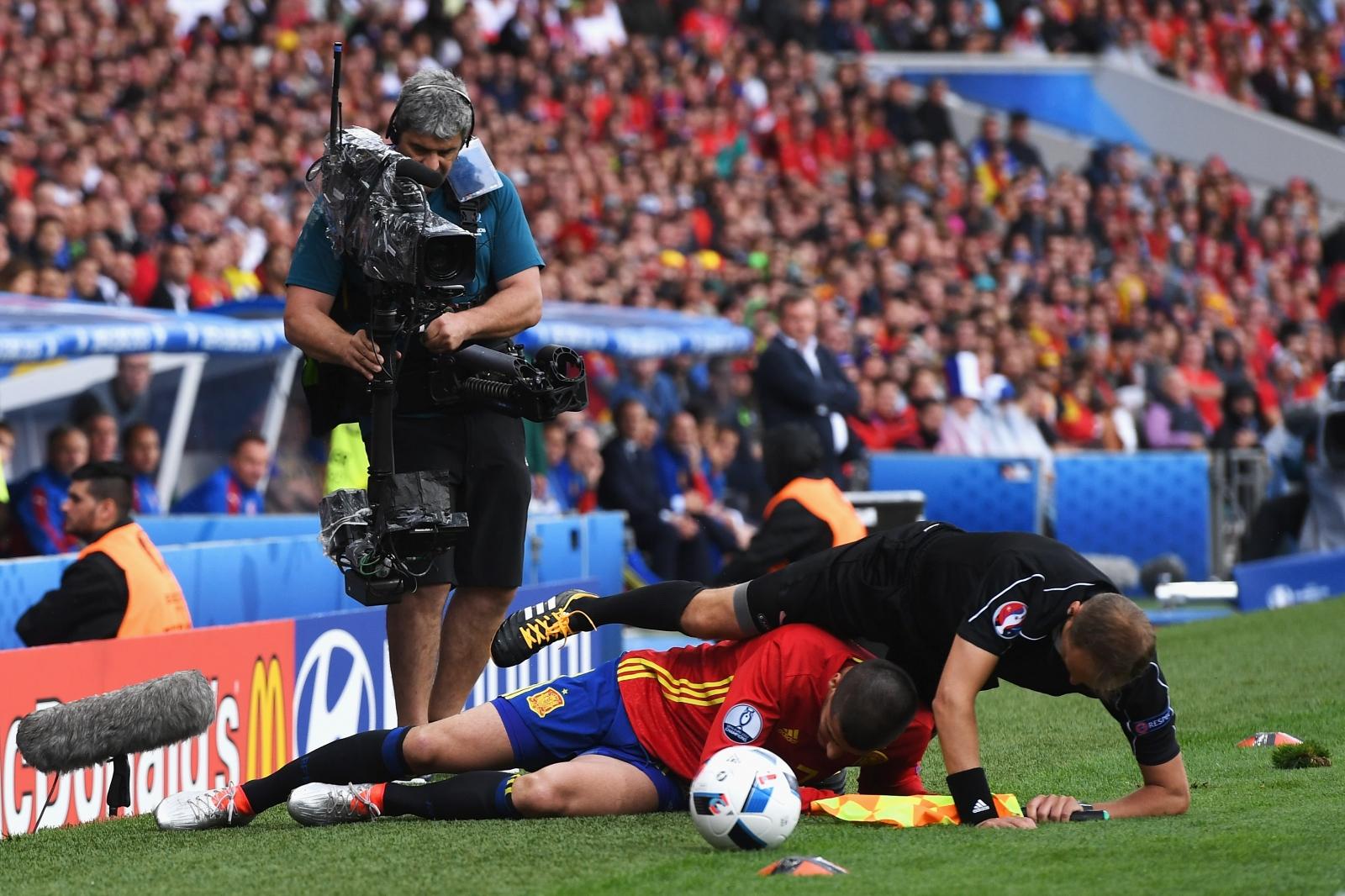 Morata tackles the linesman
