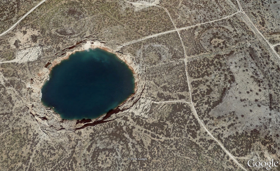https://d.ibtimes.co.uk/en/full/1524971/giant-sinkhole-texas.jpg?