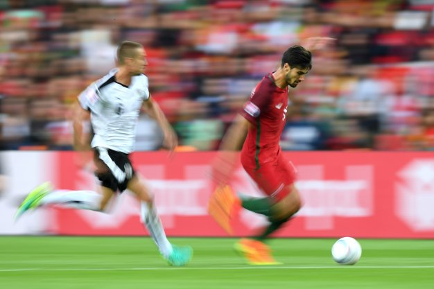 Andre Gomes dribbles with the ball