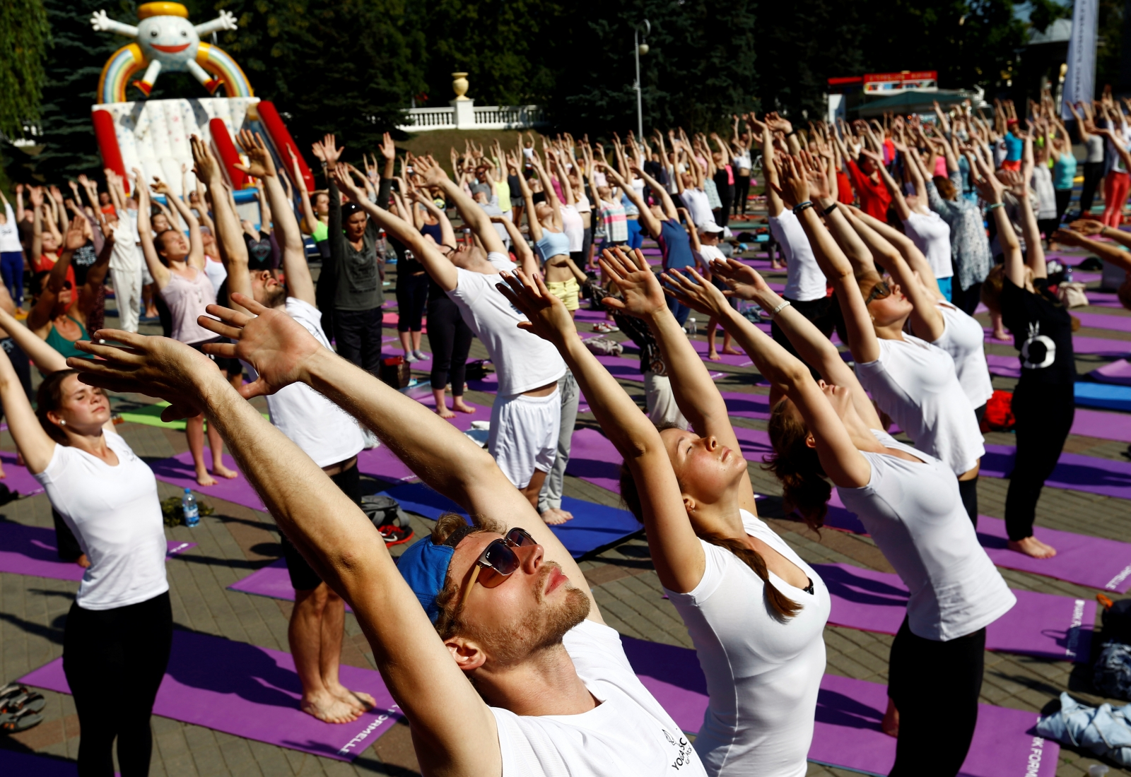 10 Famous Men Who Do Yoga   DOYOUYOGA