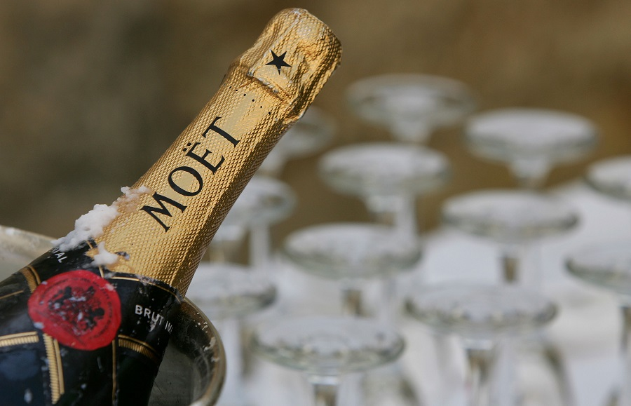 Airline sued for not serving champagne
