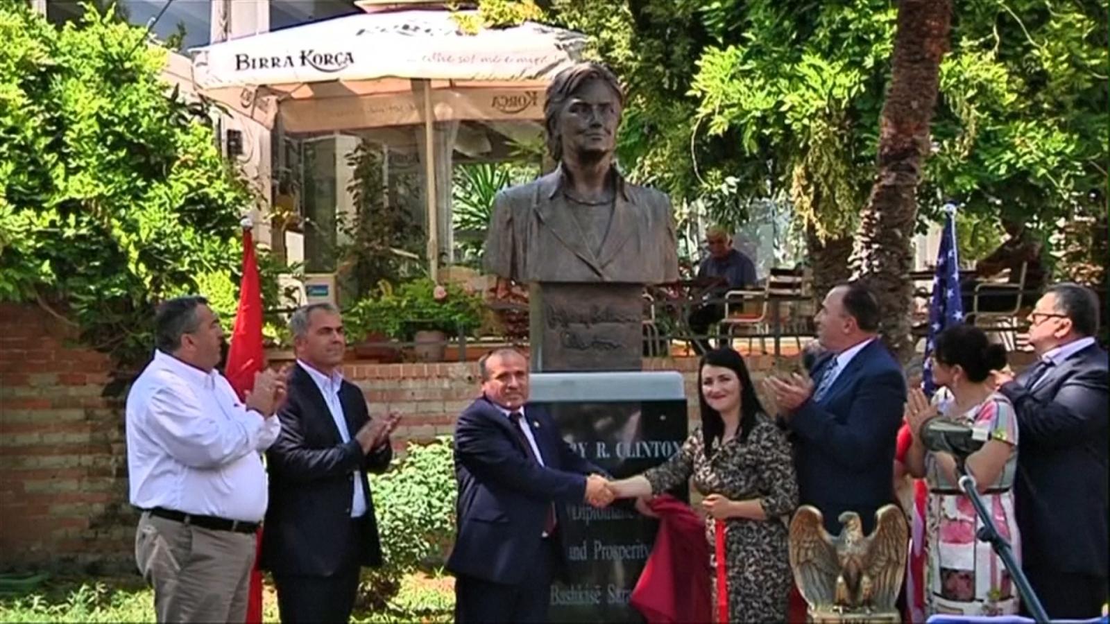 Косово, / земјо обеќана..... / Hillary-clinton-statue-unveiled-small-albanian-town