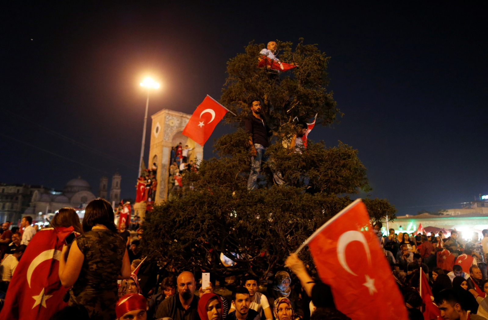 Turkey coup Istanbul cheering crowd 2016