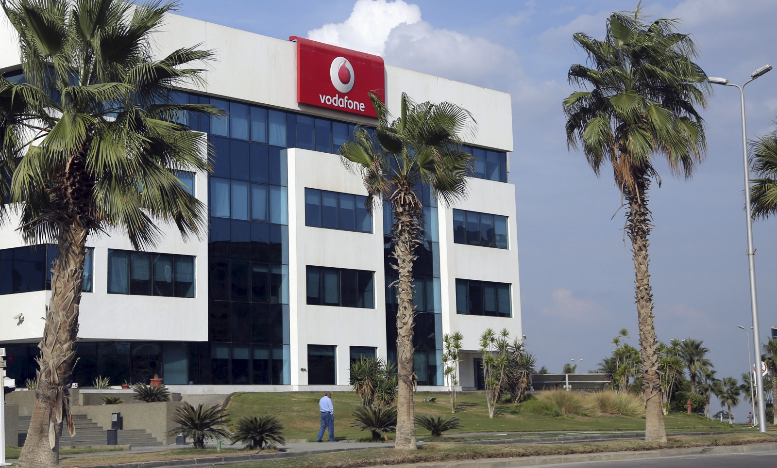 China Telecom and Saudi Telecom said to have expressed interest in acquiring 4G mobile-phone licenses in Egypt