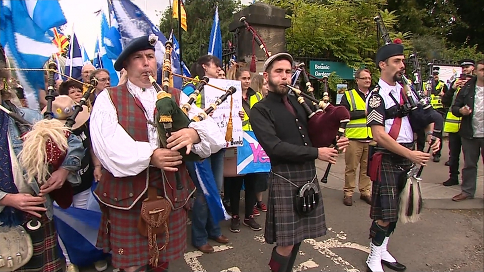 Thousands march in Glasgow for pro-independence rally after Brexit vote