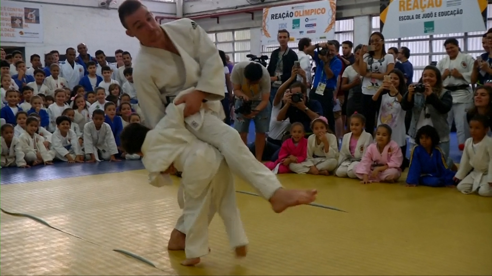 French Olympians spar with favela kids