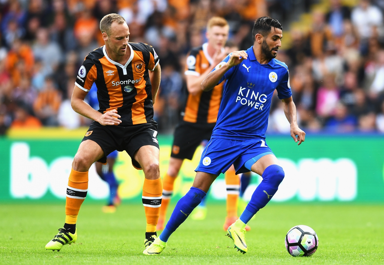 Mahrez signs new Foxes deal