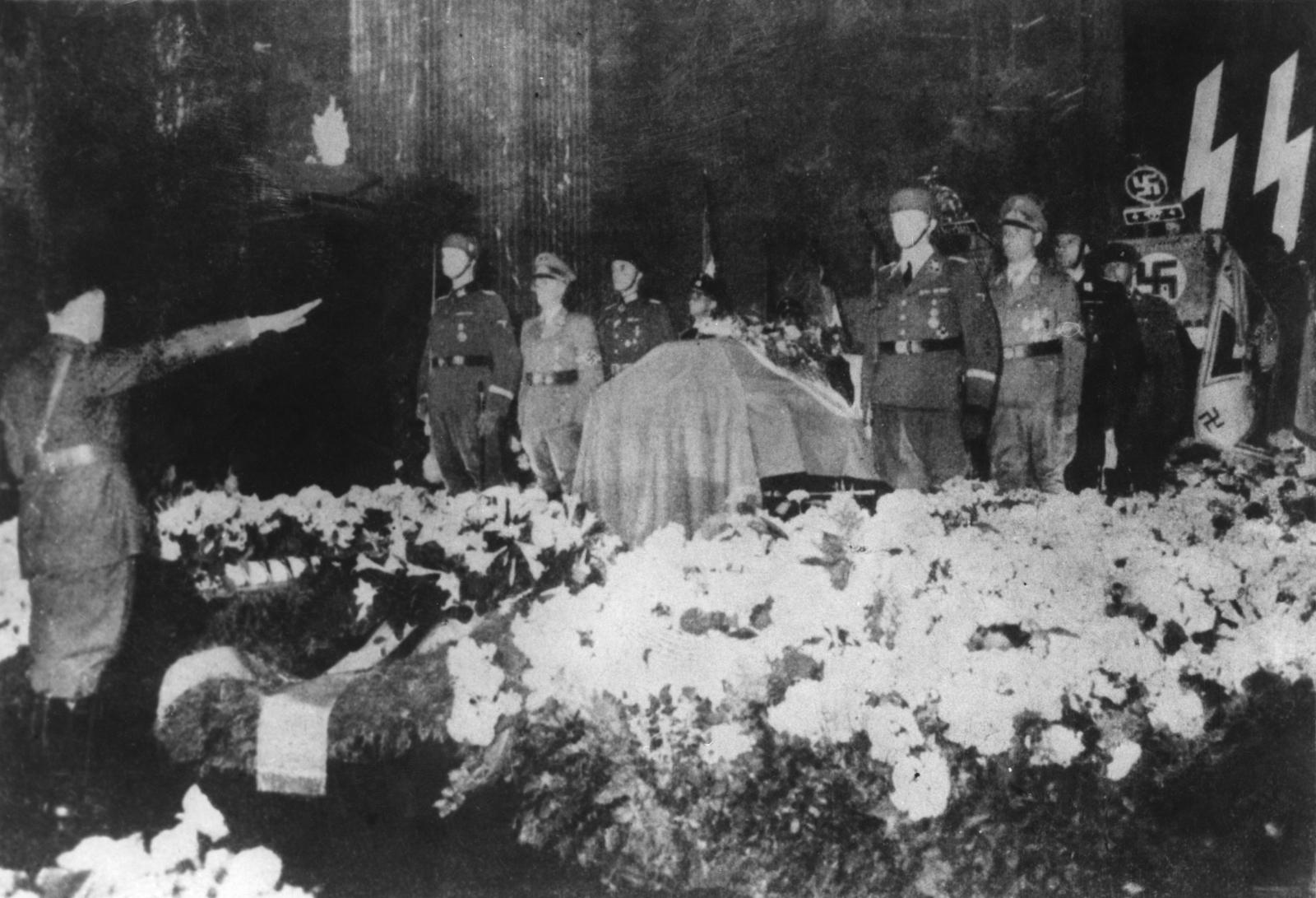 Hitler salutes Heydrich's coffin