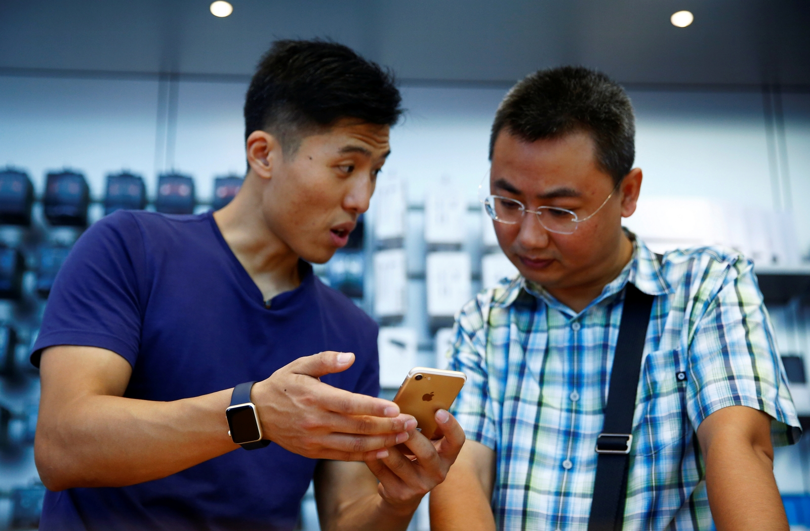 China Apple Store employee explains iPhone 7