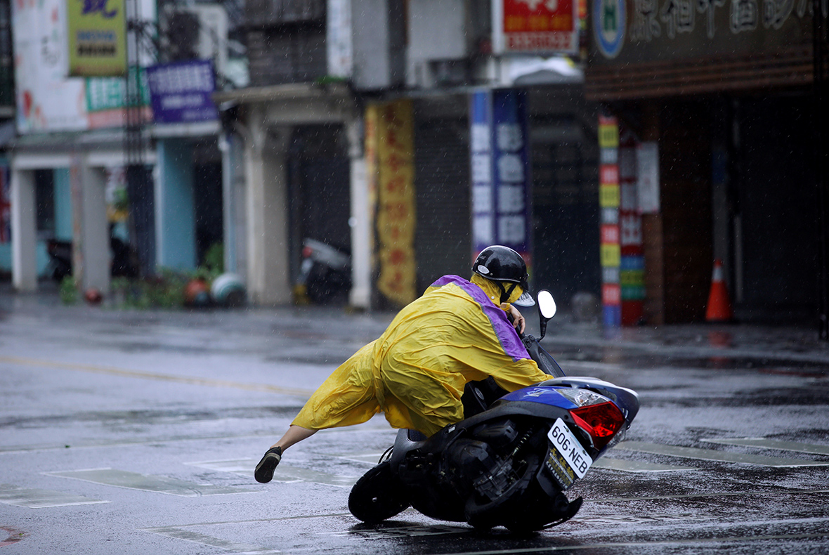 Typhoon Megi: Several dead after 100mph winds batter Taiwan