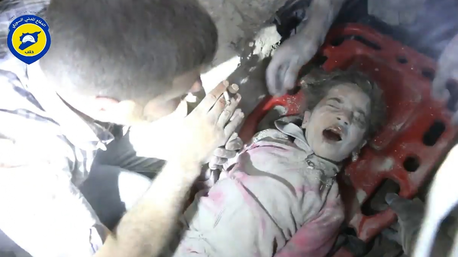 Girl rescued from rubble in Aleppo