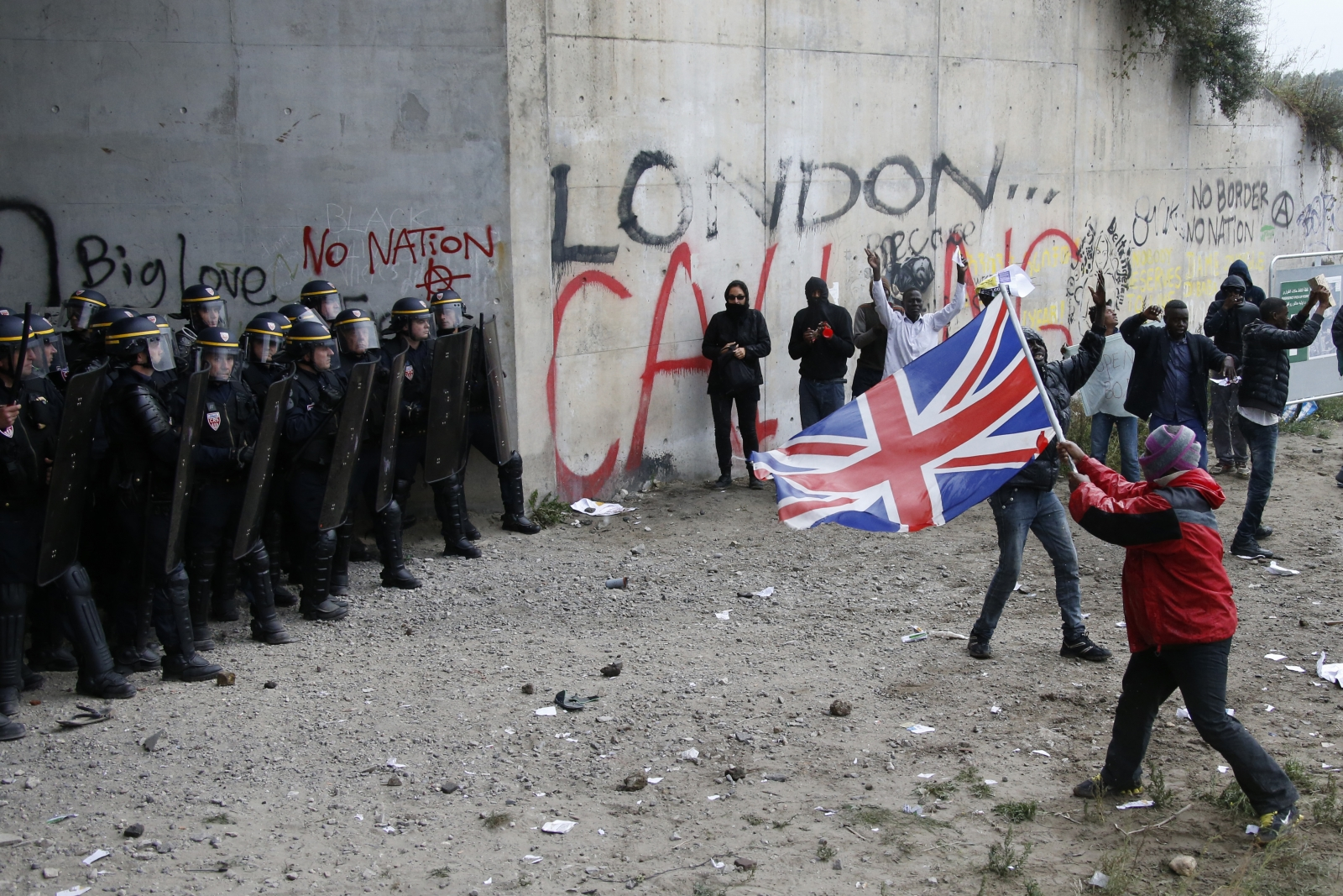 Migrants clash with police in Calais