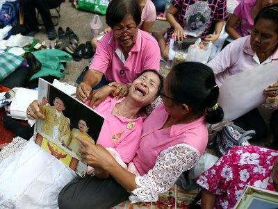 Thailand urged to wear yellow or pink as they pray for King