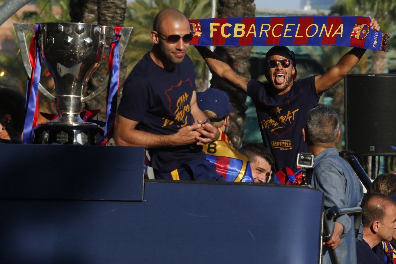 Barcelona lock up Neymar with new deal and huge release clause