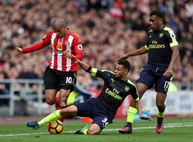 Francis Coquelin wins the ball