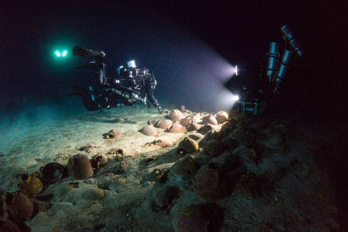 Divers shipwreck