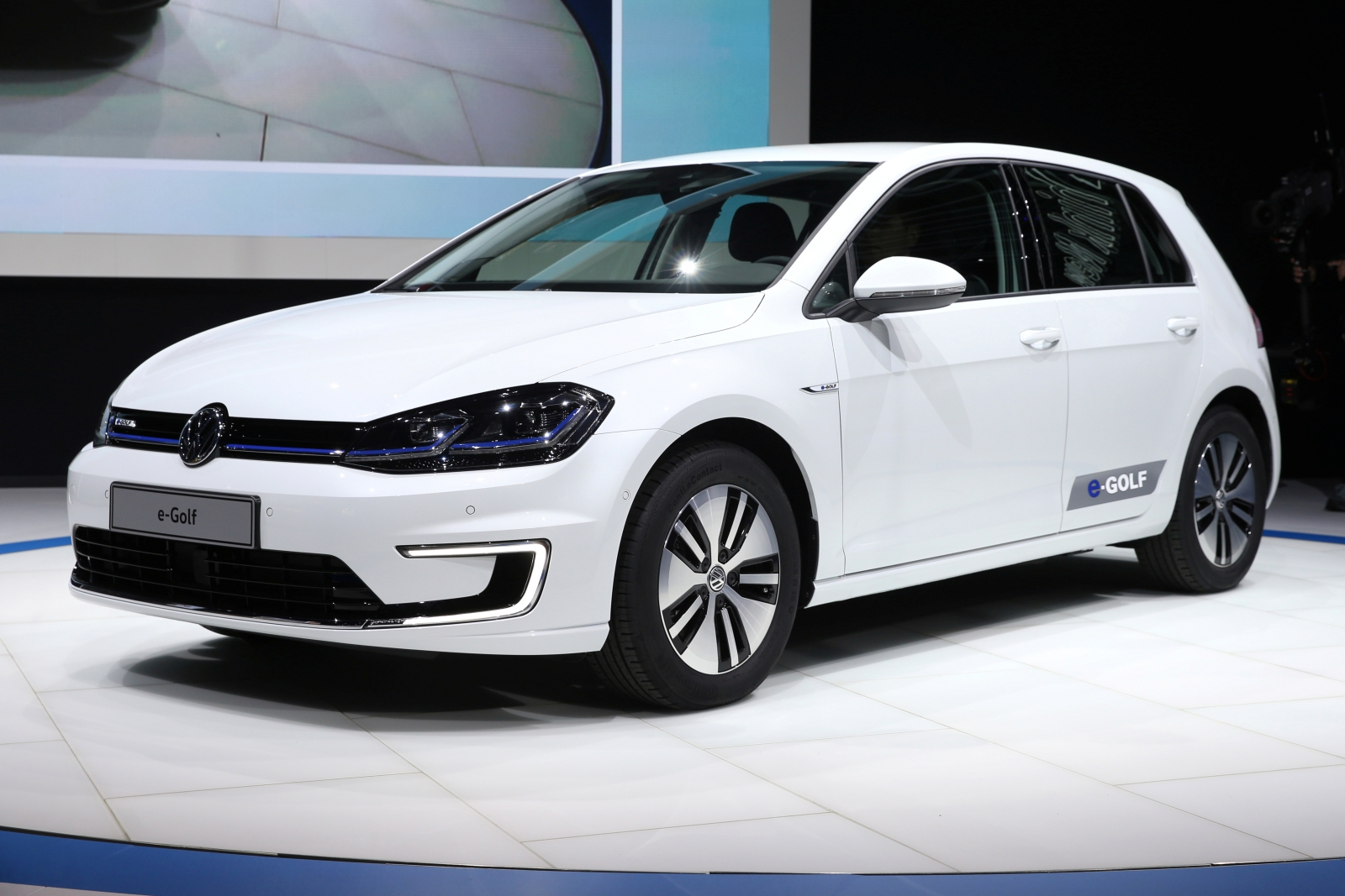 new electric vw e golf launches in wake of emissions scandal. Black Bedroom Furniture Sets. Home Design Ideas