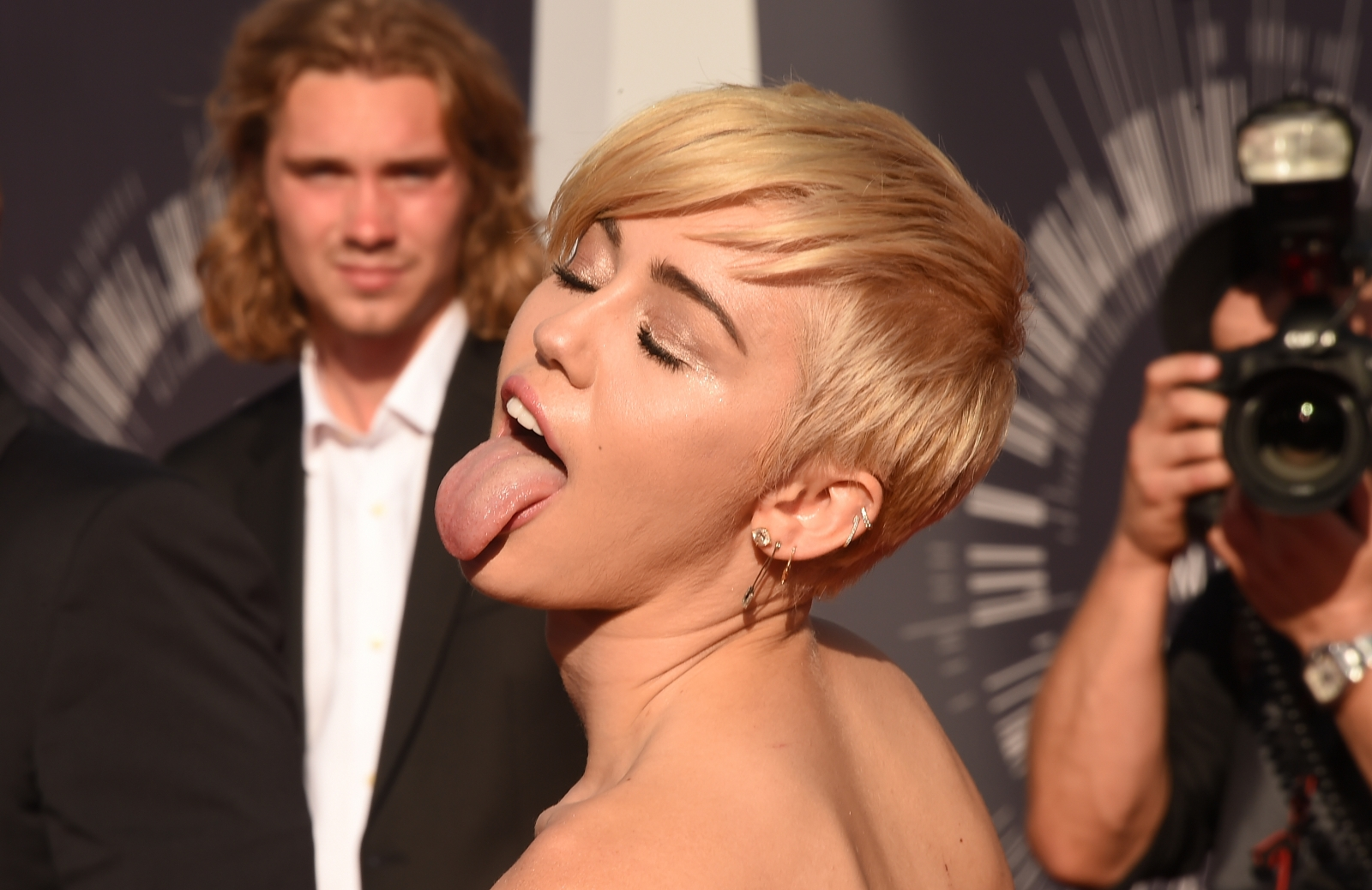 Miley Cyrus shows off new ring from Liam Hemsworth