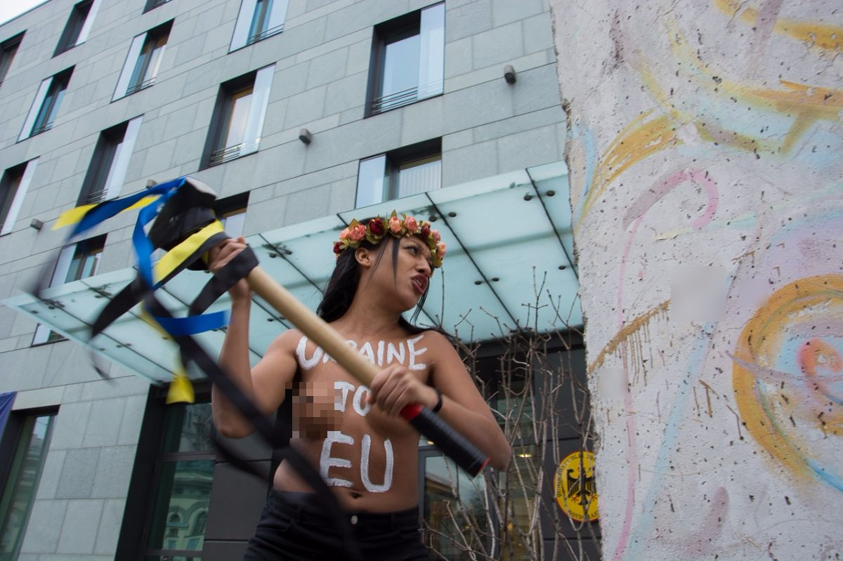 Femen activist takes sledgehammer to bash Berlin Wall