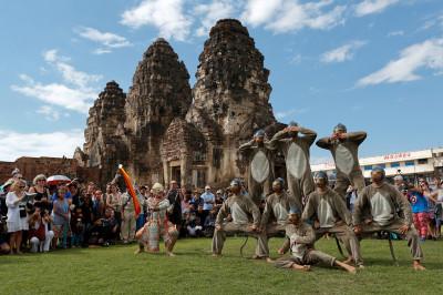 Thailand monkey buffet Lopburi temple