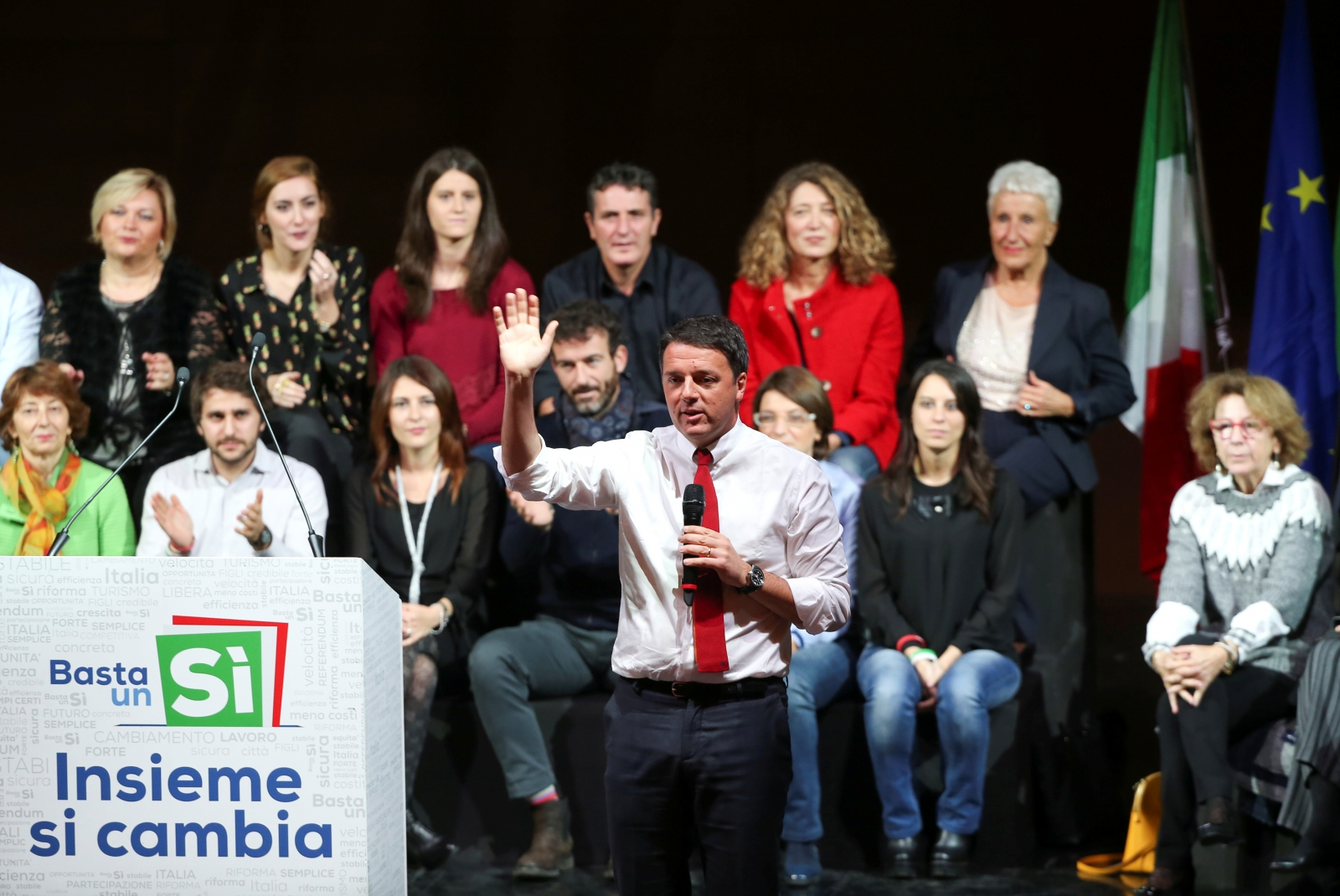 Matteo Renzi campaigns for Yes vote