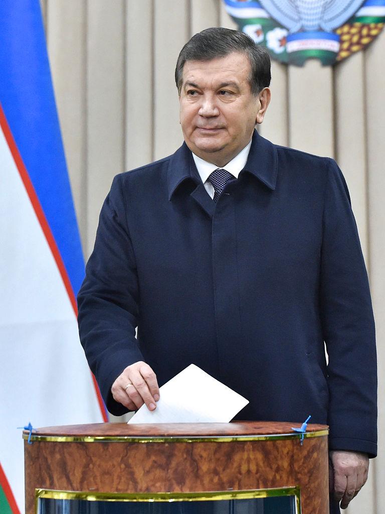 Uzbek acting President Shavkat Mirziyoyev casts his ballot for the presidential election in Tashkent on December 4, 2016. Mirziyoyev,