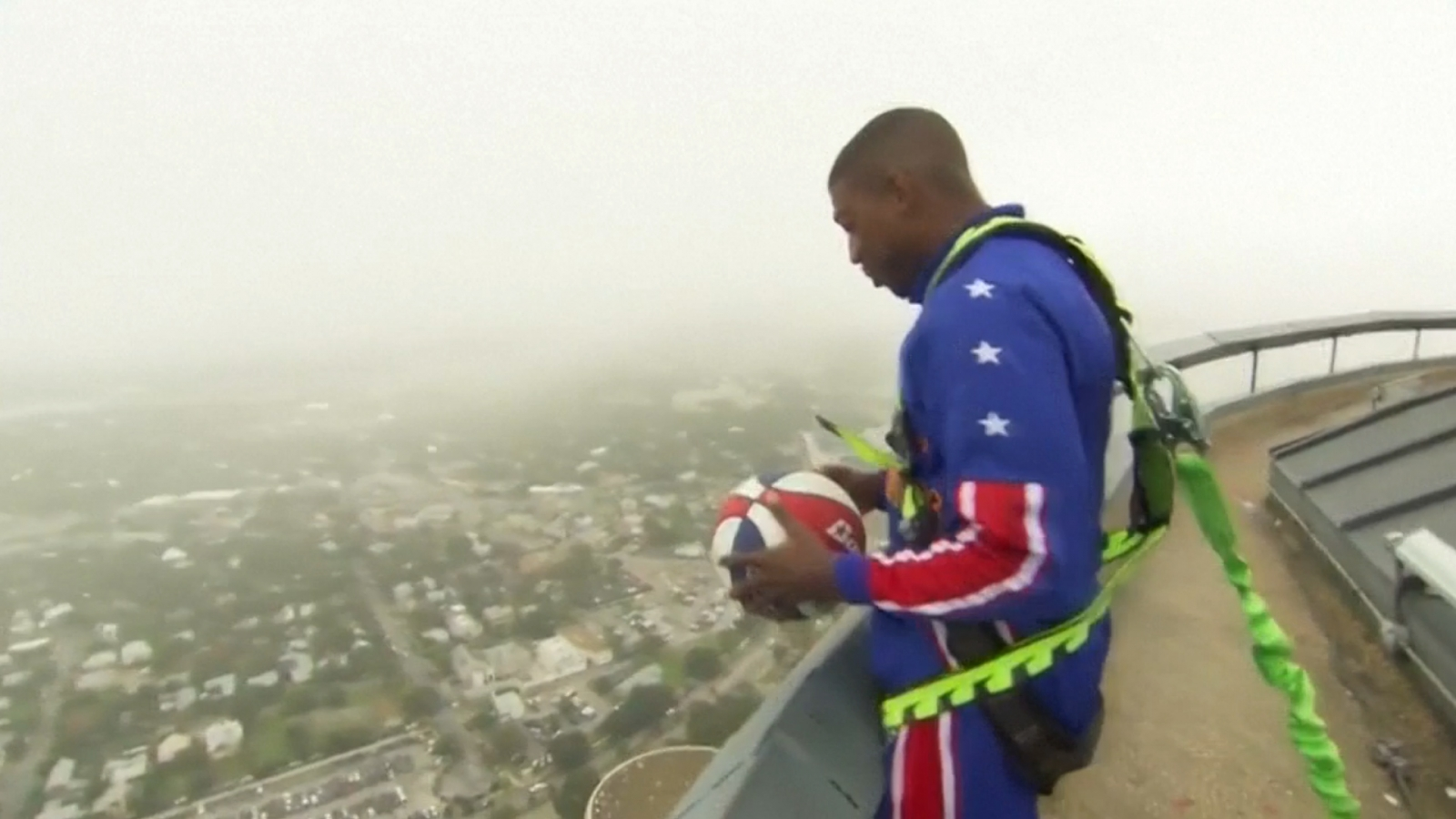 Harlem Globetrotters star shoots basket from 178 metres