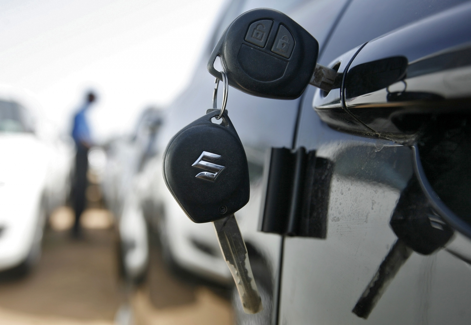 UK police warns of thieves using radio jammers on car door locks after wave of thefts