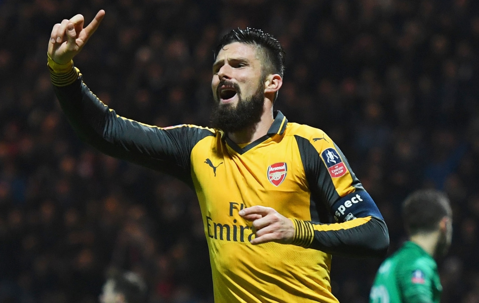 Ten-man Arsenal win thriller with last-gasp penalty