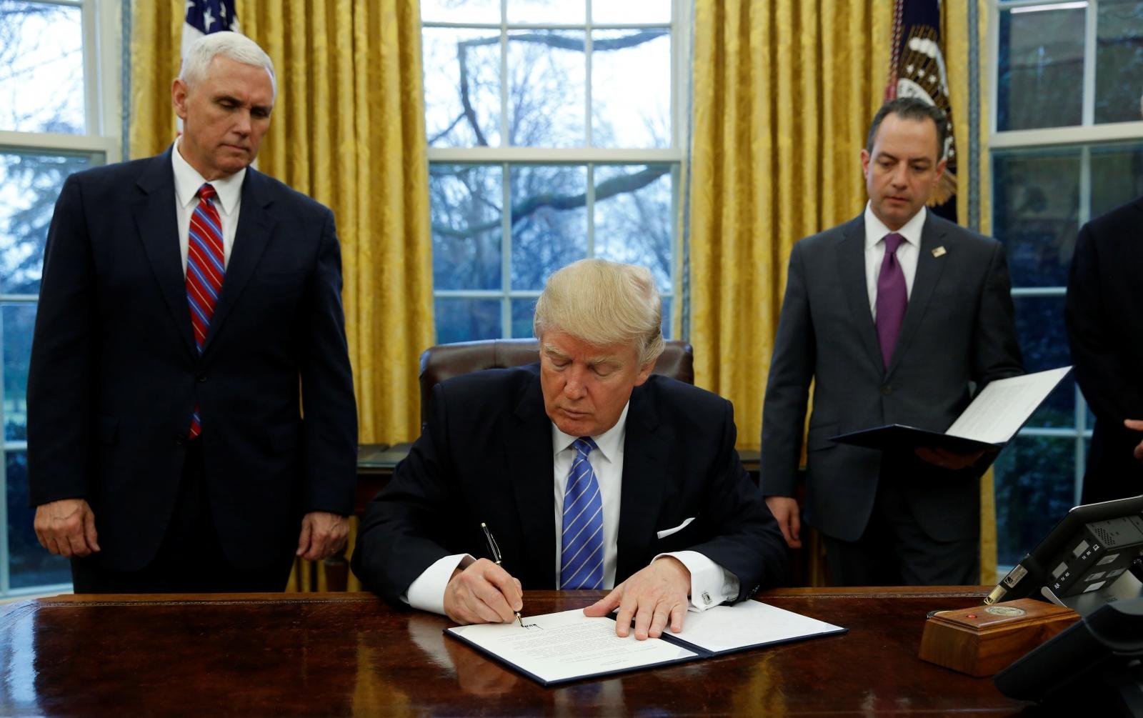 Trump signs TPP withdrawal