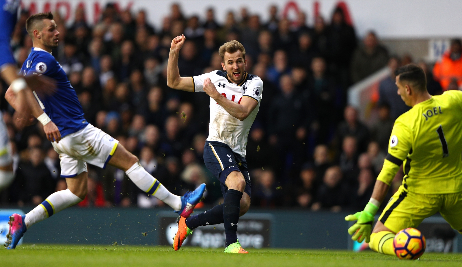 Tottenham 3-2 Everton: Spurs hold on for win after Kane brace