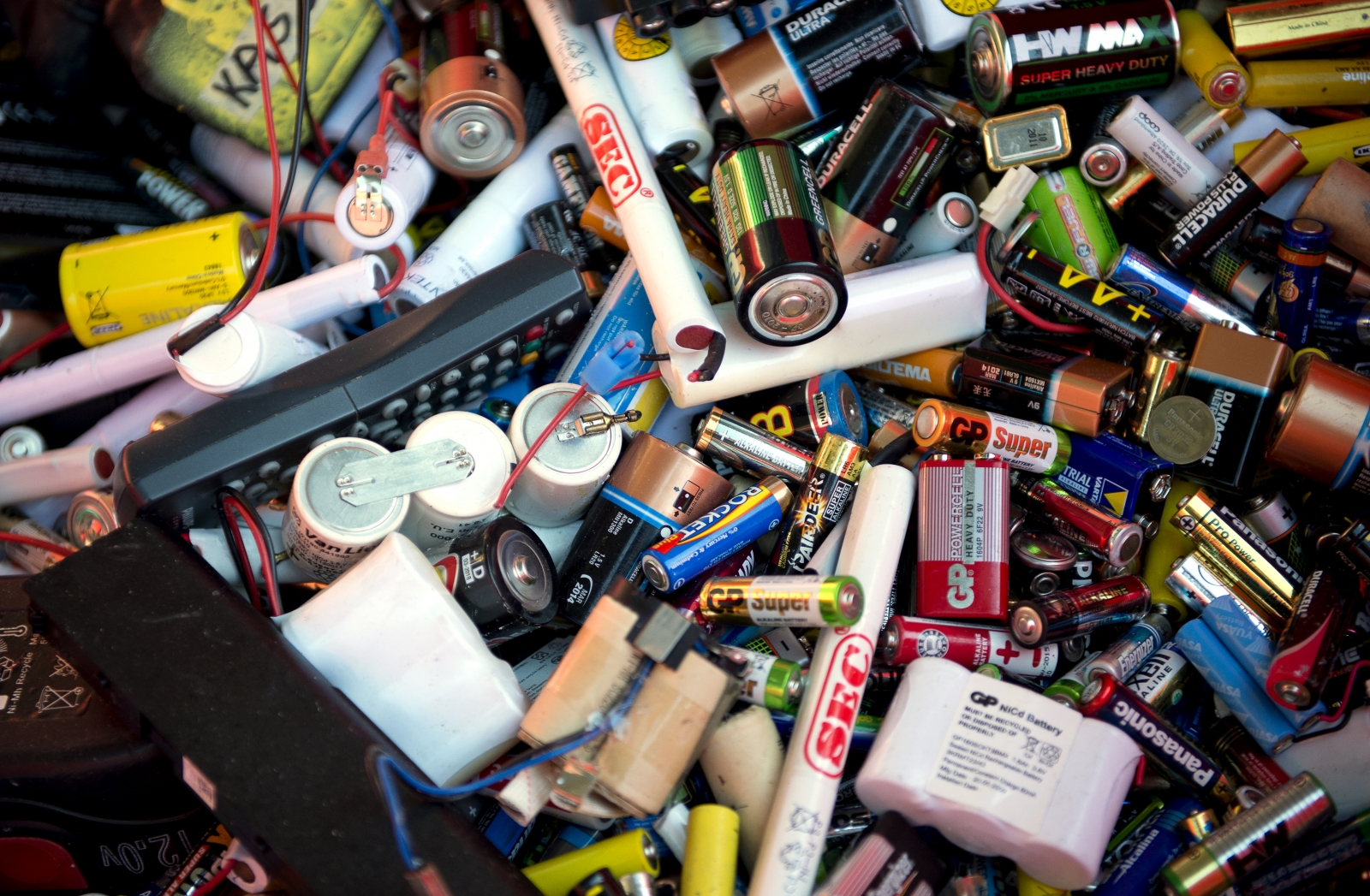 Gel-like coating improves performance of lithium-sulfur battery