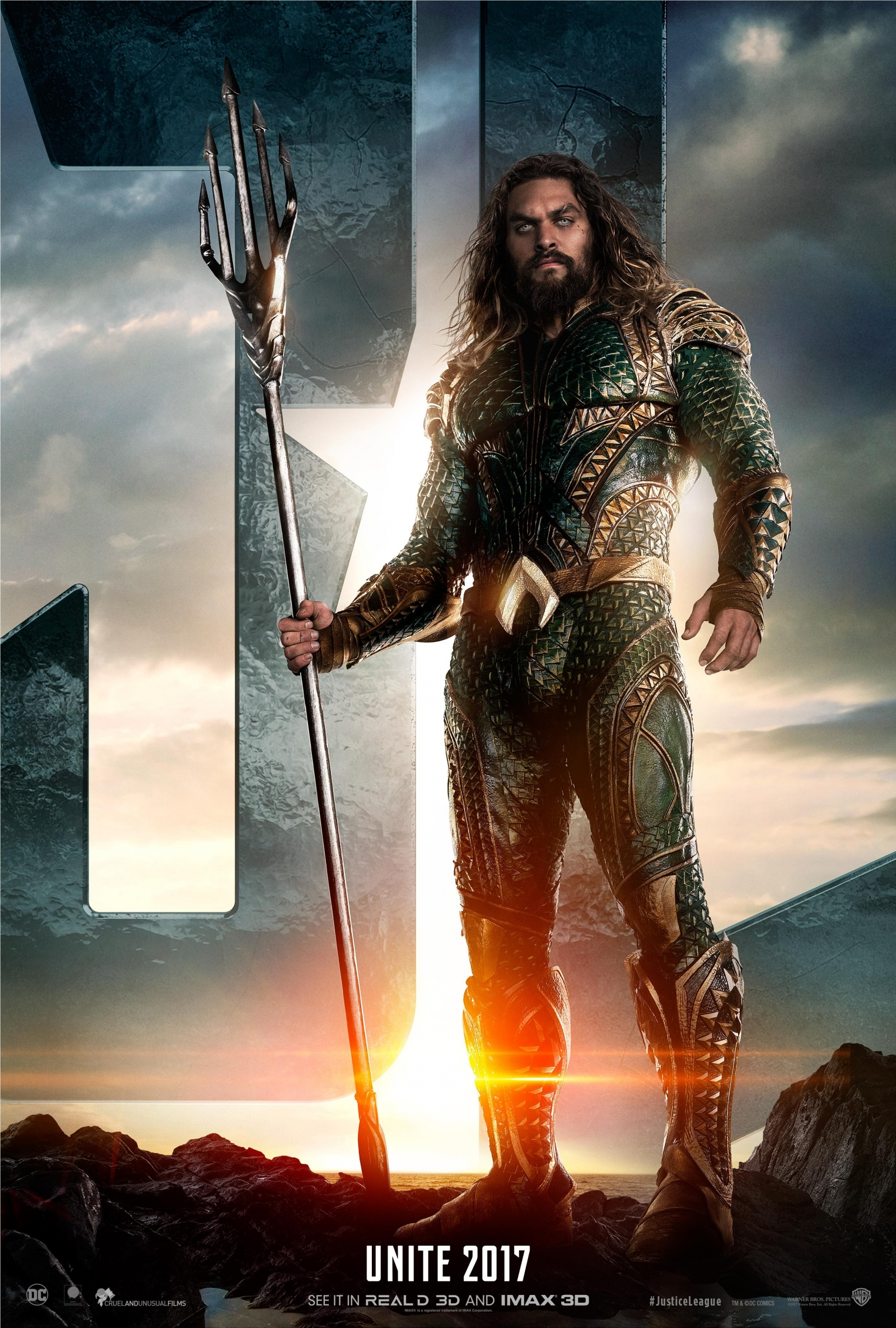 Jason Momoa takes Twitter by storm as fans drool over hot Aquaman in Justice League trailer