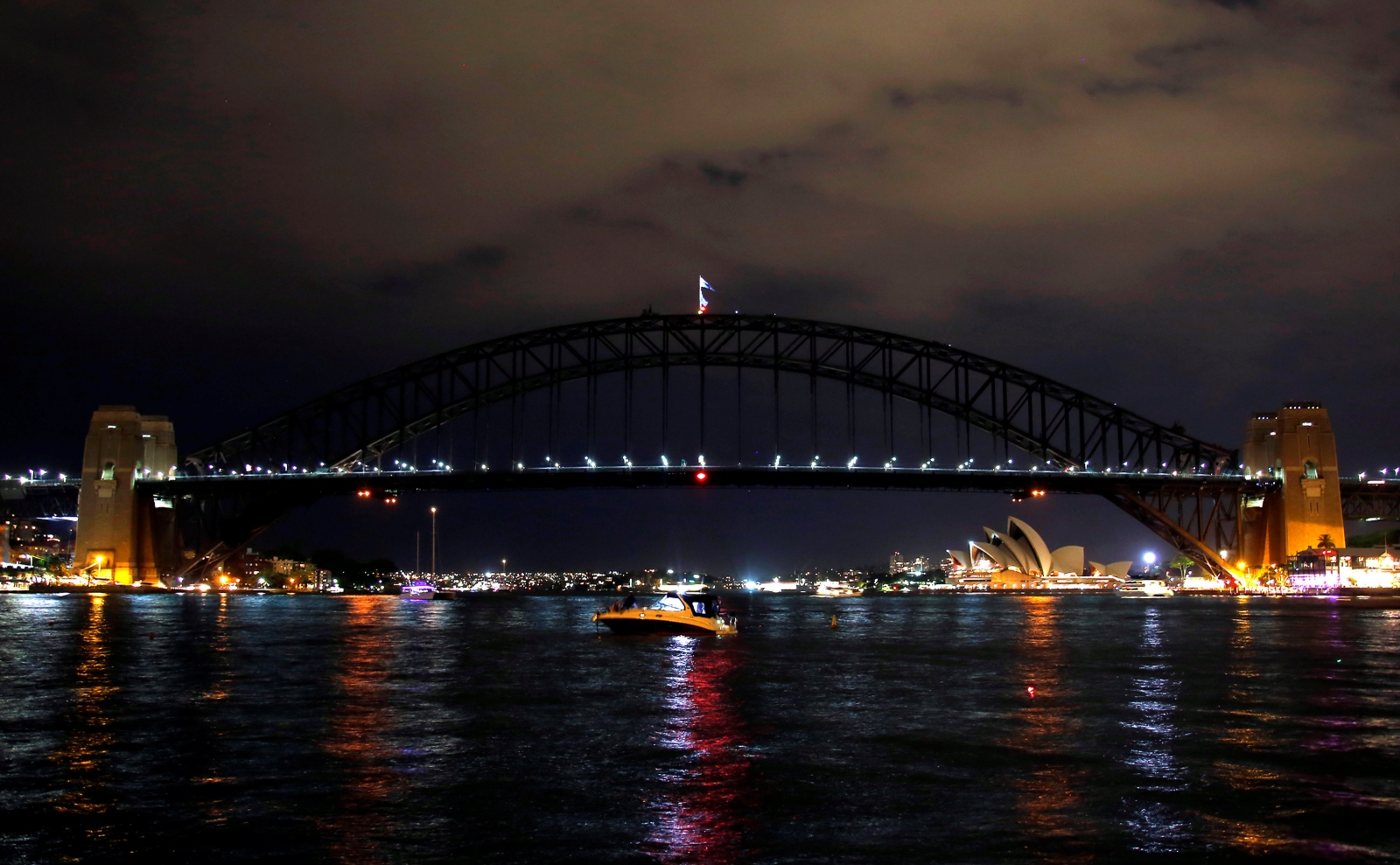sydney-harbour-bridge-switches-lights-off-for-earth-hour