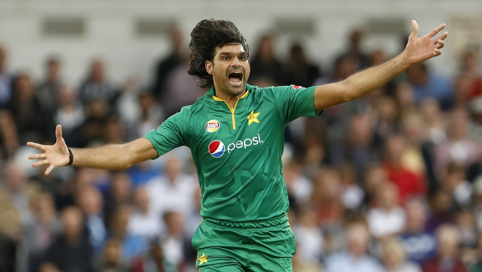 Pakistan bowler Irfan suspended for year over spot-fixing