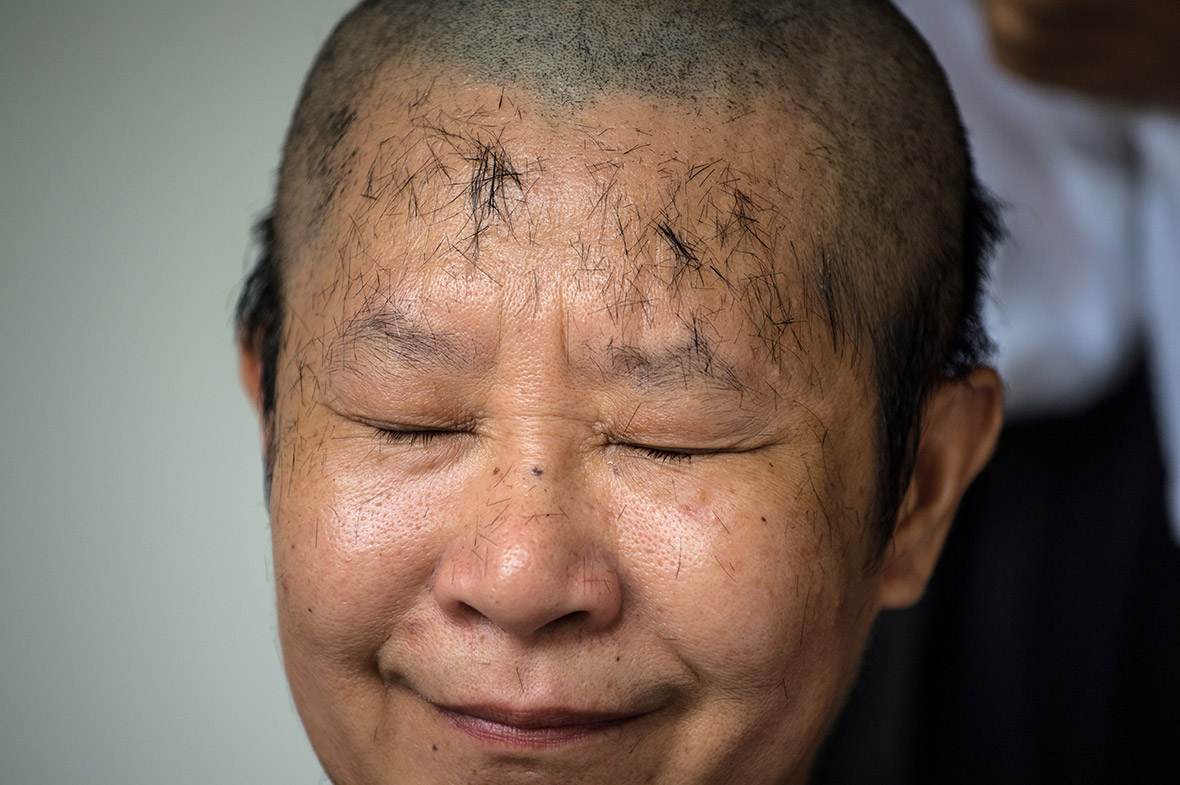 Rebel female Buddhist monks shave their heads as they ...