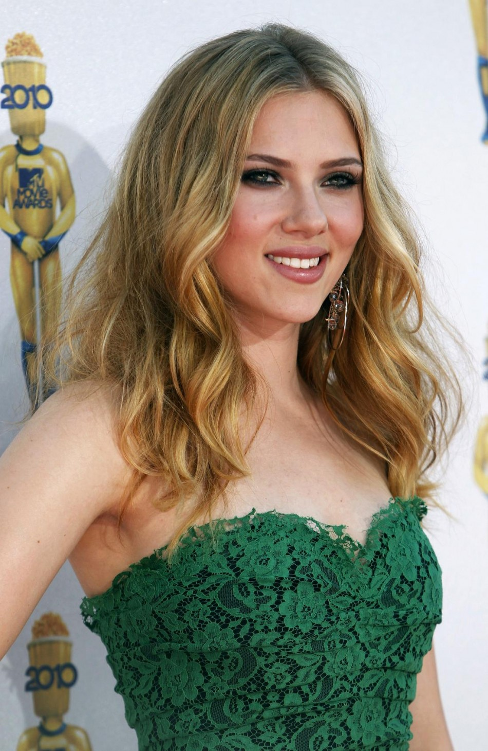 Actress Scarlett Johansson arrives at the 2010 MTV Movie Awards in Los Angeles.