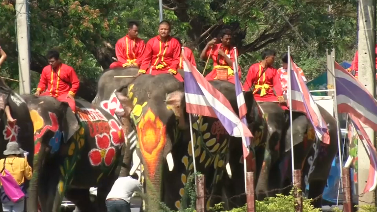 elephants-join-huge-water-fight-ahead-of-thai-new-year